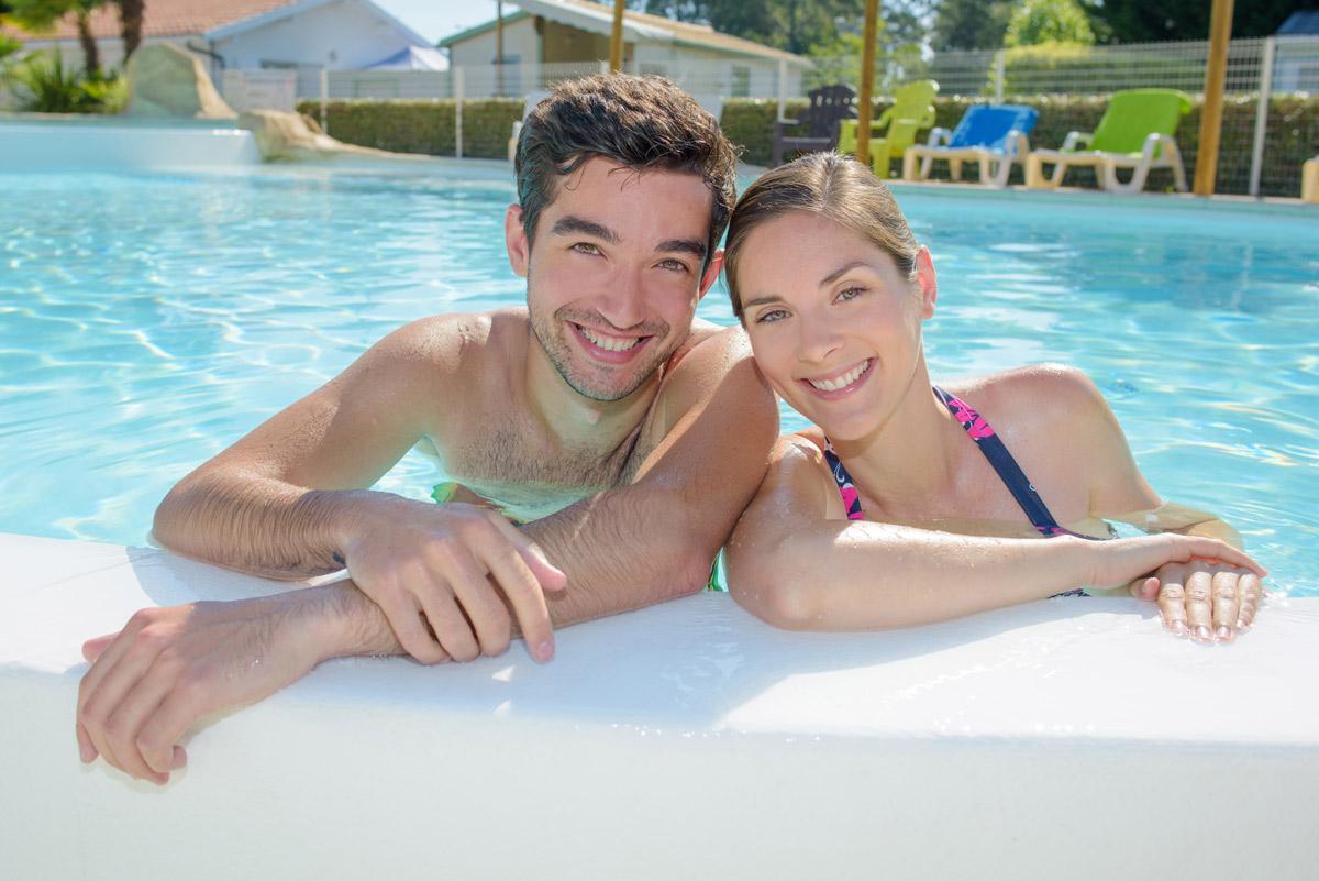 Couple en vacances dans un camping de l'île d'Oléron